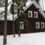Lumimetsän hirsitalo Venäjällä